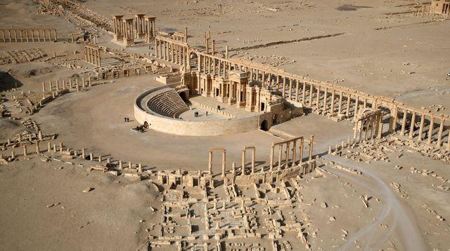vue-aerienne-partielle-de-la-cite-antique-de-palmyre-dans-le-desert-syrien-prise-le-13-janvier-2009_5344761